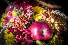 Цветочная композиция с яблоком Стоковые Изображения