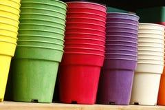 Цветочные горшки - пластичные цветочные горшки Стоковые Фото