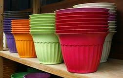 Цветочные горшки - пластичные цветочные горшки Стоковое Фото