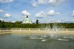 Цветочные сады в французском стиле, рыбный пруд с фонтанами и здание ротонды в Kromeriz, чехии, Европе стоковые фотографии rf