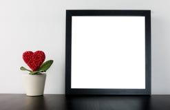Цветочный горшок сердца валентинок с пустой рамкой Стоковое Фото