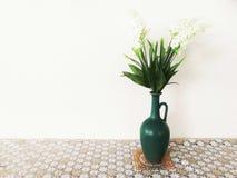 Цветочный горшок украшенный со столом стоковое фото rf