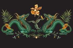 Цветочный узор вышивки восточный с зелеными драконами и тигром Стоковые Изображения RF