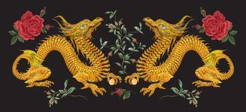 Цветочный узор вышивки восточный с драконами и розами Стоковые Изображения RF