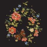 Цветочный узор вышивки красочный с маками и бабочкой Стоковое фото RF