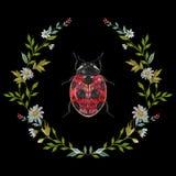 Цветочный узор вышивки круглый с стоцветами и ladybug Стоковое Изображение RF