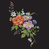 Цветочный узор вышивки с собакой розовой и cornflowers Стоковое Фото