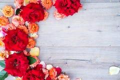 Цветочный узор, рамка сделанная роз на деревянной предпосылке Плоское положение, взгляд сверху Валентайн предпосылки s Стоковое фото RF