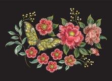Цветочный узор тенденции вышивки красочный с бабочкой Стоковое Изображение