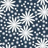 Цветочный узор, цветки конспекта белые на темной предпосылке индиго Стиль свободы Millefleurs иллюстрации вектора Стоковое Изображение