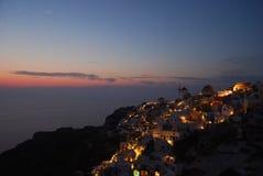Цветы на сумраке в Oia Santorini Греции стоковое изображение rf