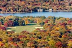 Цветы падения большой лужайкой и резервуаром, Central Park, n Стоковые Изображения RF