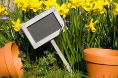 Цветя баки и сад подписывают внутри сад Стоковое фото RF