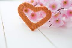 Цветя ветвь с розовыми чувствительными цветками на деревянной поверхности Стоковые Фото
