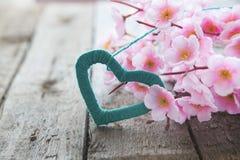 Цветя ветвь с розовыми чувствительными цветками на деревянной поверхности Стоковое Фото
