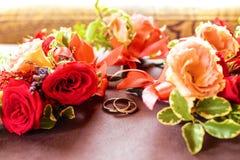 Цветя цветки ветви белые чувствительные на деревянной поверхности с кольцами Стоковое Изображение RF