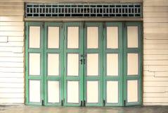 Цвет винтажных двойных деревянных дверей зеленый на старом деревянном yel стены Стоковое фото RF