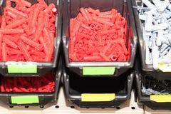 цвет винтов и шпонок красный в магазине в окне магазина, в темной коробке поле глубины отмелое стоковые фотографии rf
