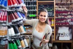 Цвет гомосексуальной женщины ходя по магазинам различный в трубке Стоковая Фотография
