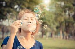 Цвет года сбора винограда образа жизни пузыря игры молодой женщины дуя внешний Стоковое Изображение RF
