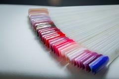 Цвет заполированности для маникюра Дизайн для ногтей маникюр тестеров Маникюр моды Сияющий лак макания женственно стоковое изображение rf