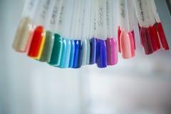 Цвет заполированности для маникюра Дизайн для ногтей маникюр тестеров Маникюр моды Сияющий лак макания женственно стоковые изображения