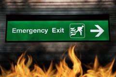 Цвет знака аварийного выхода зеленый с светом и стрелкой Стоковое Изображение RF