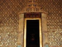 Цвет золота архитектуры Азии с статуей Будды с нерезкостью движения предпосылки Стоковое фото RF