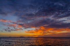 Цвет золота захода солнца сияющий за морским пехотинцом Стоковое Фото