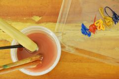 Цвет и кисть воды моя в пластичной чашке Стоковое Изображение