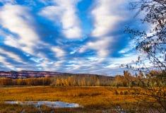 Цвет и небо падения скалистой горы стоковое изображение rf