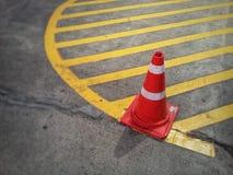 Цвет конуса движения оранжевый на дороге Стоковые Изображения