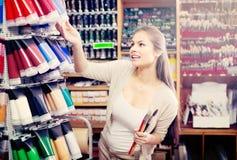 Цвет милой женщины ходя по магазинам различный в трубке Стоковые Изображения