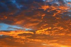 Цвет неба темный в заходе солнца красивом и времени сумерк шторма облака Стоковые Изображения