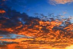 Цвет неба темный в заходе солнца красивом и времени сумерк шторма облака Стоковые Изображения RF