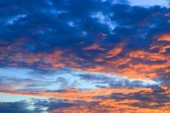 Цвет неба темный в заходе солнца красивом и времени сумерк шторма облака Стоковое Изображение RF