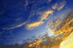Цвет неба темный в заходе солнца красивом и времени сумерк шторма облака Стоковые Фото