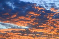 Цвет неба темный в заходе солнца красивом и времени сумерк шторма облака Стоковое фото RF