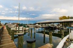 Цвет осени берег и гавань чесапикского залива в St Michaels стоковая фотография