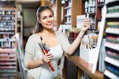 Цвет острокомедийной женщины ходя по магазинам различный в трубке Стоковое Фото