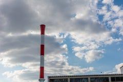 Цвет печной трубы фабрики красный белый Стоковое Фото
