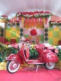Цвет пинка мотора Vespa в середине шатра свадьбы стоковая фотография
