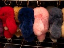 Цвет пинка шарика меха красивого keychain роскошный в торговом рынке повешен в строках и столбцах стоковые фото