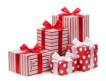 Цвет подарочных коробок красный изолированный на белой предпосылке Стоковые Фотографии RF