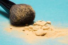 Цвет порошка Shimmer золотой с щеткой состава стоковая фотография
