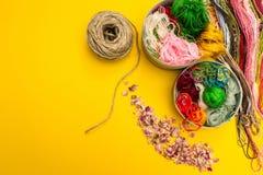 Цвет продевает нитку пук на желтой предпосылке стоковое фото