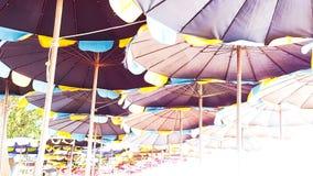 Цвет разнообразия зонтика пляжа около пляжа с правом Стоковое фото RF