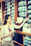 Цвет радостной женщины ходя по магазинам различный в трубке Стоковые Фотографии RF
