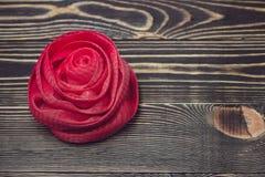 Цвет сетчатой губки ванны красный на деревянной предпосылке Стоковые Фото