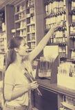 Цвет счастливой женщины ходя по магазинам различный в трубке Стоковое Изображение